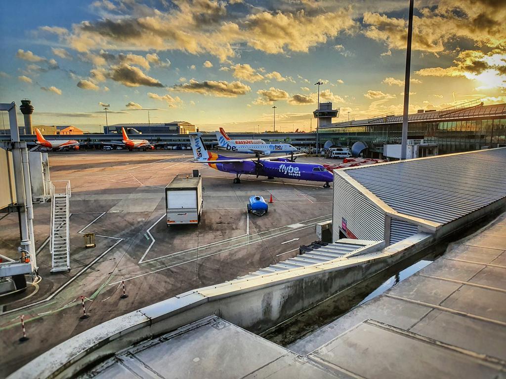 Manchester airport tonight. #Manchester #Manchesterairport #MAN #EGCC #flybe #England #British #EU #lockdown #Coronavirus #COVID19 #Q400 #Dash8 #aviation #AvGeek #weather #clouds #sunset #airport #airlines #brexit #pilot #pilotlife #ufo #plane #Cheshire #flying https://t.co/wQMwSmkHTR