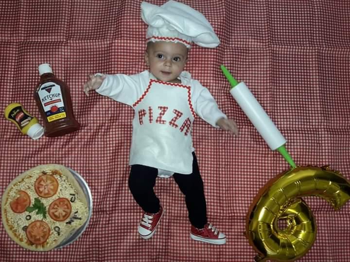"""🎶""""Joga a farinha, Puxa e estica a massa Muito mais farinha Que bagunça Mama mia!""""🎶🍕🍕🍕🍕🍕🍕 No Dia internacional da Pizza, Marina faz 6 meses.🥳🥰 10/07/2020 #mesversário #pizzaiola  Sobrinha neta ❤️❤️"""