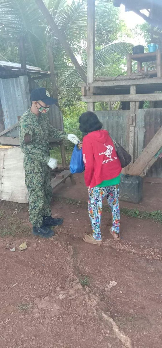 Lazi PS Personnel provided food pack to a senior citizen widow, and living alone at her residence in Brgy. Nagerong, Lazi, Siquijor.  #PNPKakampiMoLabanSaCOVID19 #StayHomeSaveLives #StopTheSpreadOfCOVID19 #TeamPRO7AmigoCops #LaziPSAmigoCops #WeHealAsOne  @rpcrd7pnp @sppopro7pic.twitter.com/RpBTLl8g6k