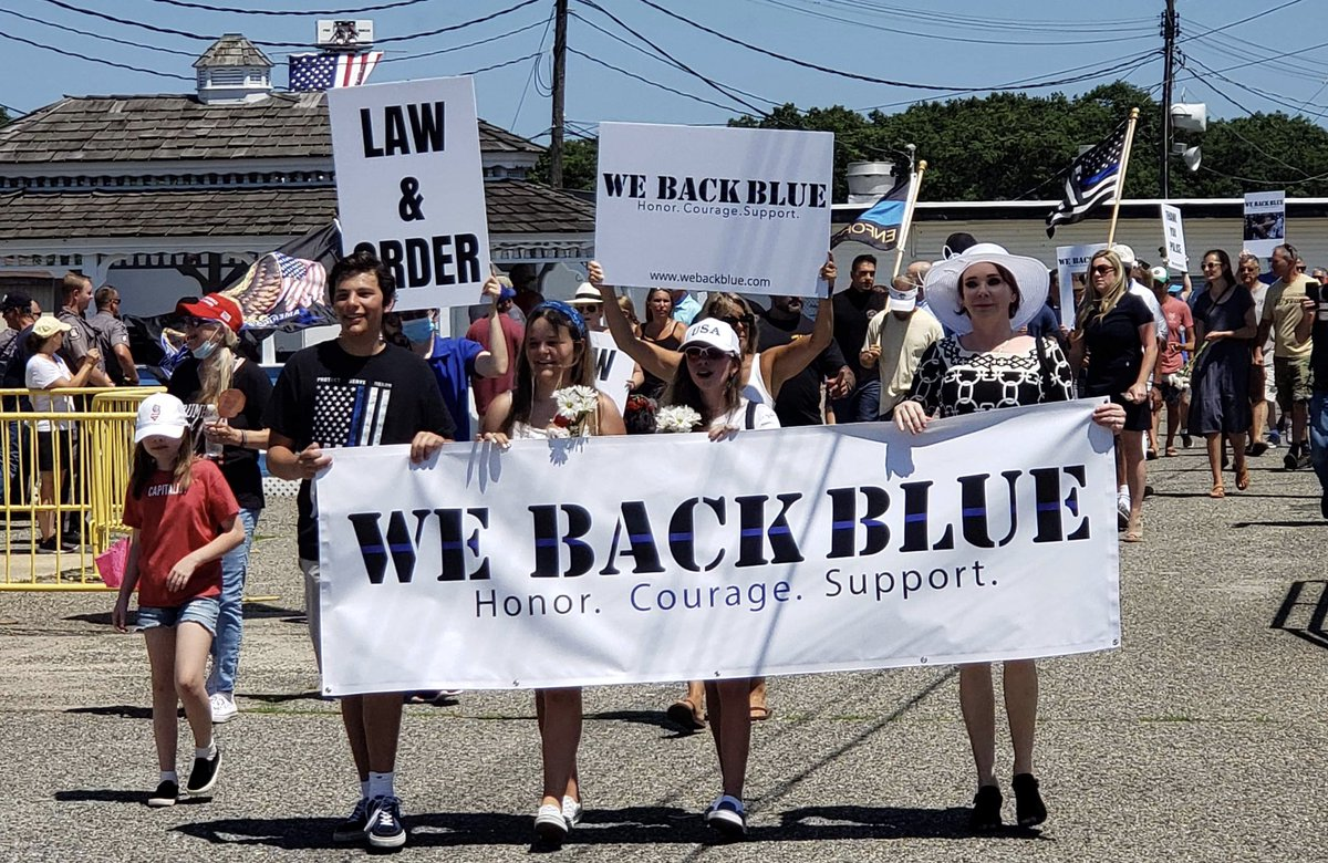Was honored to speak at yesterday's We Back Blue event at the Jersey Shore. Also great seeing my good friend former ICE Director Tom Homan. Great work being done nationally by @Robey2020 #WeBackBlue https://t.co/dy8T68OQJk