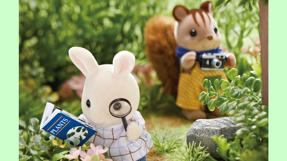 自然を観察しに、森にやってきたふたり。 なにか珍しいものが発見できるかな?  「むむむ、このお花はもしかして、しんしゅのお花・・・?」 オリバーくんが珍しいお花を見つけたようですよ!  この夏、皆さんのご家庭ではどんな自由研究をしますか?  #シルバニアファミリー #シルバニア https://t.co/I6HTUns2TX