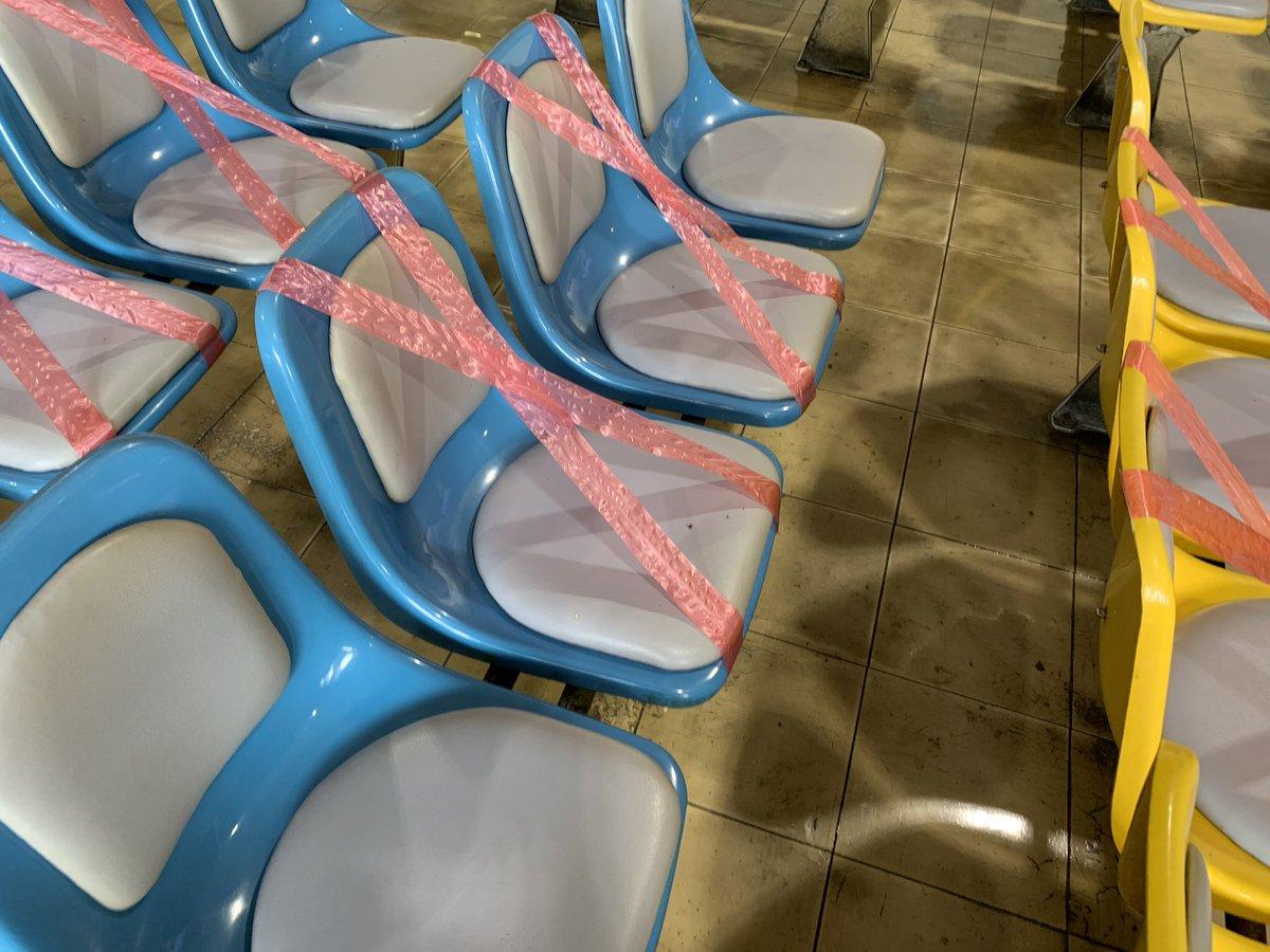 入場時サーモグラフィーで検温してるし、手のアルコール消毒も絶対やらないといけないような導線になってるぞ。座席もこんな感じでテープ張ってある。 #大和場外 #佐賀競馬 https://t.co/C2esMZ2UBJ
