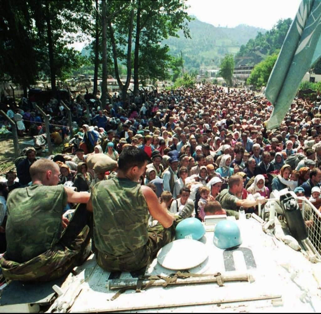 Never forget #SrebrenicaGenocide ... Dutch cowardness #Nederland... @UNpic.twitter.com/zVYhAlq6sk