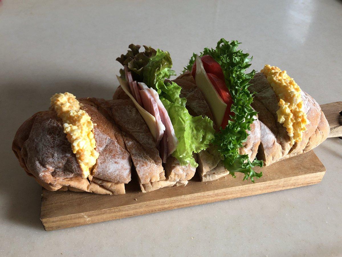 昼はサンドイッチきのう道の駅まくらがの里こがで買ってきたコシヒカリ玄米ロールで作ってみましたカフェっぽさw