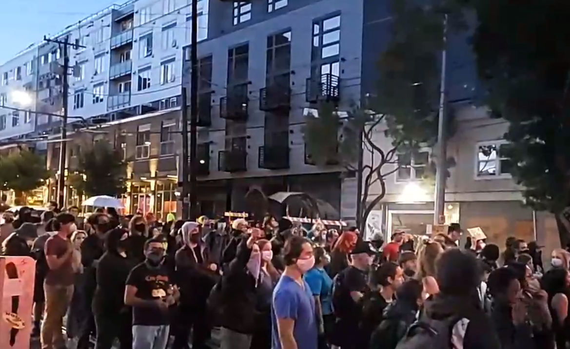 """Out of your home! Into the streets!"" #seattle #seattleprotests #seattleprotest pic.twitter.com/9DpQvdJtDe"