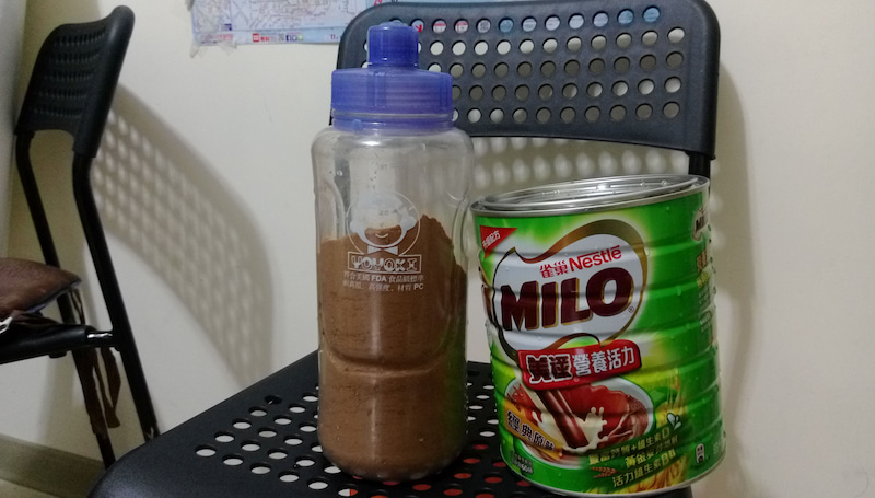 『台湾の国民的飲み物といえばミロ(美祿)』 台湾のミロは1.5kgで1100円くらい。とりあえず家に置いとく飲み物で、めっちゃ濃く作る。コップの半分くらい粉を入れる。日本人的な分量でミロを作って出すと「露骨に不機嫌な顔」をされるそう。笑った。