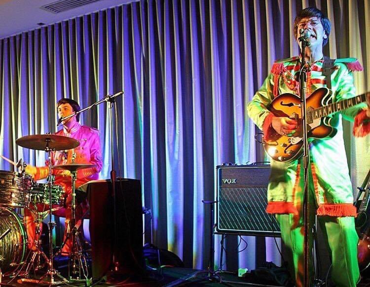 Sgt. Peppers with John and Ringo!!  #beatles #thebeatles #beatlez #band #melbourne #coversong #sgtpepper #voxamps #guitar #drums #cool #throwback #vocals #live #johnlennon#ringostarr #psychedelic #instadaily #instagood #instagrampic.twitter.com/njoghFn1tU