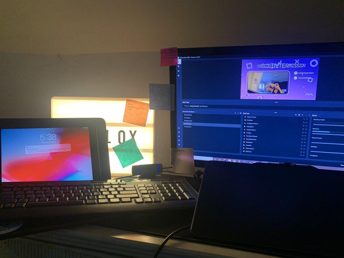 pain my fucked desk setup pic.twitter.com/IwayiXYoX4