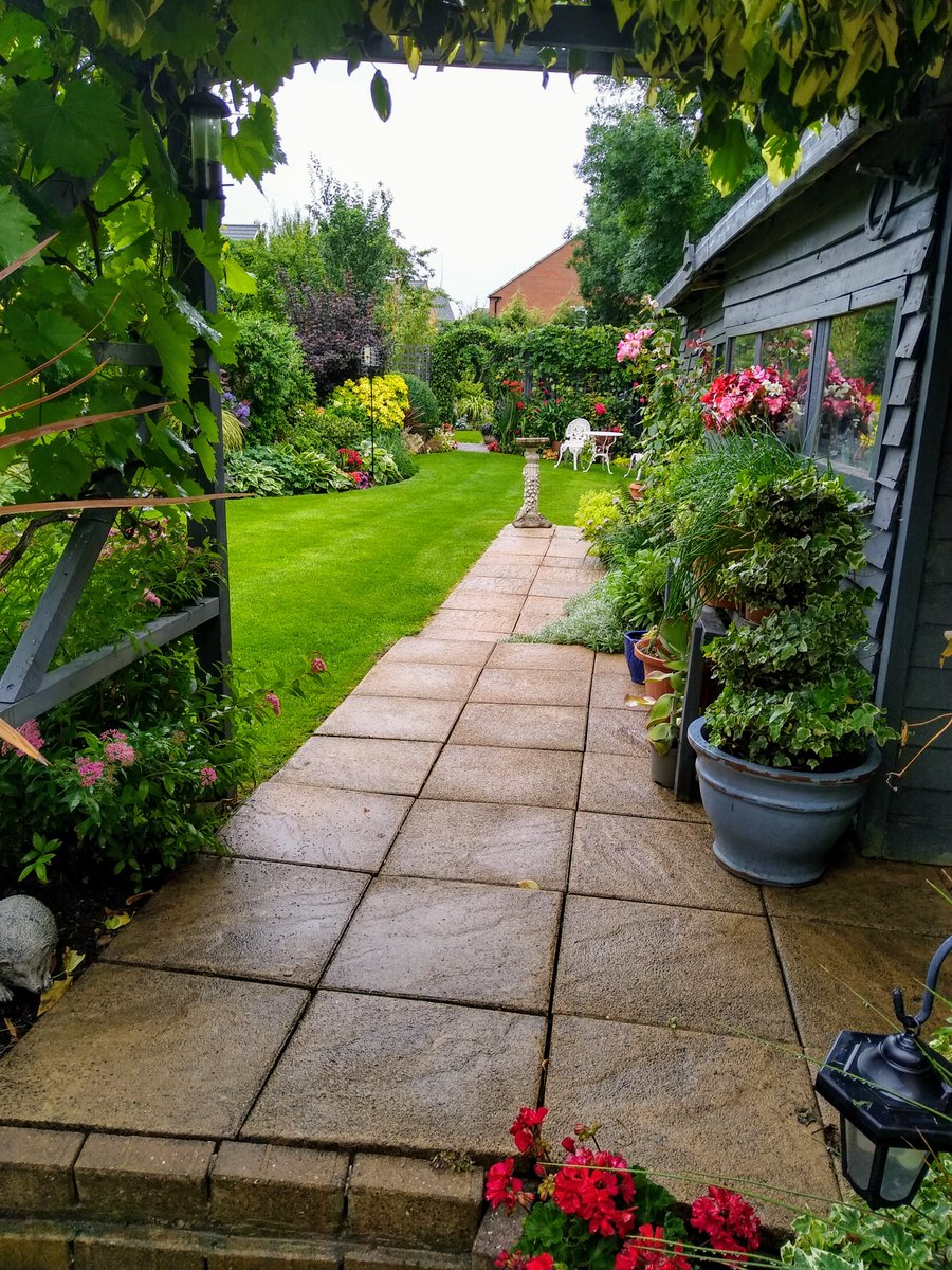 A rather dreary week in the Midlands but our lawns are in fantastic condition regardless    #uklca #lawncare #summer pic.twitter.com/Ldg3grPCST