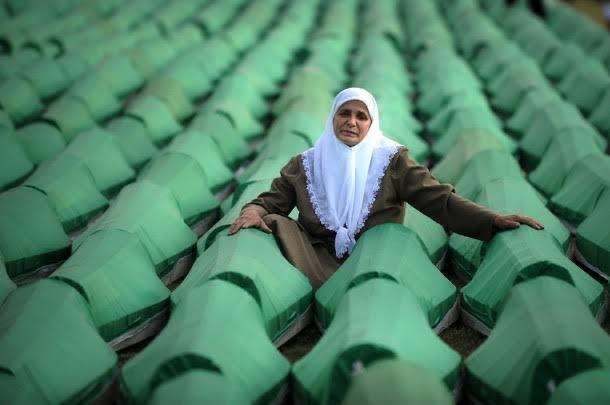 11 Temmuz 1995 #Srebrenitsa'da katledilen Boşnak kardeşlerimizi rahmetle anıyorum. https://t.co/iHCFr4UBYs