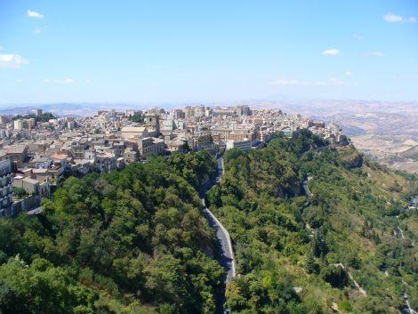 Trentatrè milioni di fondi comunitari per Enna e Caltanissetta con Agenda urbana - https://t.co/MSBmgpAzfi #blogsicilianotizie