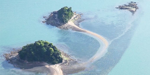 「日本のエーゲ海」に干潮時だけ現れる砂の道が3つの無人島をつなぎます。岡山県瀬戸内市牛窓沖を昨年、空撮しました。リンク集「潮風感じる動画、そろえました」でご覧ください。 #エーゲ海 #動画 #牛窓