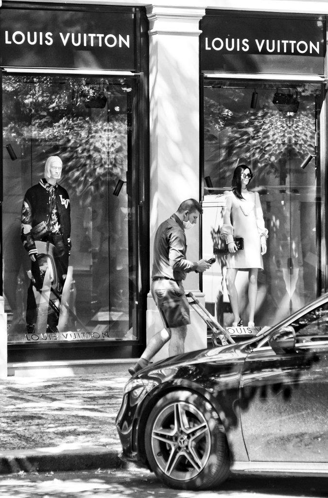 Doručující... Praha 🇨🇿 2020 #vitas69 #vitashenclcom #fuji #xe1 #fujieurope #fujiczech #streetphotography #streetshot #streetphoto #street #streetlife #Prague #Praha #citylife #czechphoto #photooftheday #bnwphoto #bnwfuji #bnw #czechstreetphoto #praguecity #people