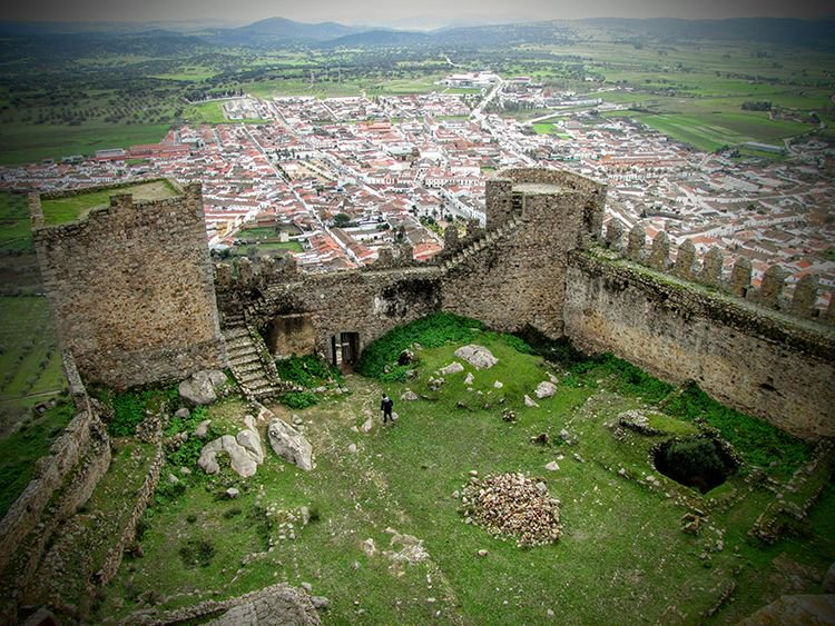 #GoodMorning from the #Castle of #BurguillosdelCérro. A jewel of the #Heritage of #Extremadura that is composed of a solid Wall with towers in which without doubt highlights the #Tower of homage, large. More info at https://buff.ly/2kGxAhs pic.twitter.com/YBAePBLuwv