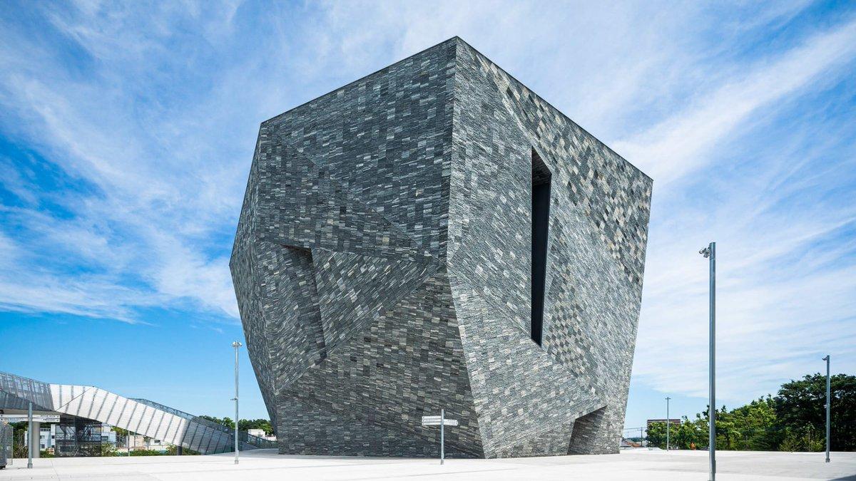 文化複合施設「角川武蔵野ミュージアム」が埼玉県所沢市に開業。花崗岩の板材で覆われた多面体建築で、デザイン監修は隈研吾建築都市設計事務所が手掛けています。