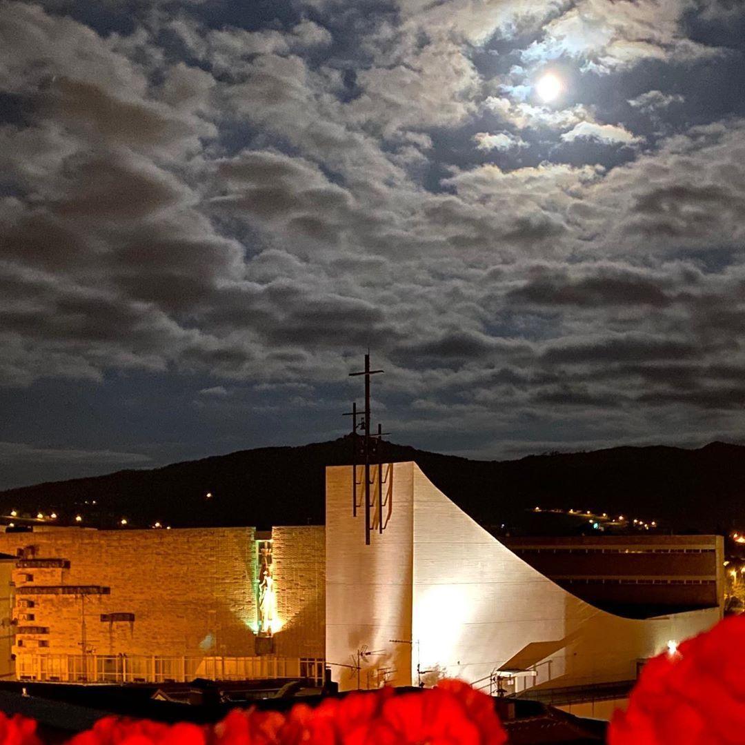 Nuestra Señora de la Paz, Torrelavega. Y en noches así, es exactamente eso lo que transmite (foto: Pedro López)  #night #moon #Cantabria #españa #spain https://t.co/au5thGesRl