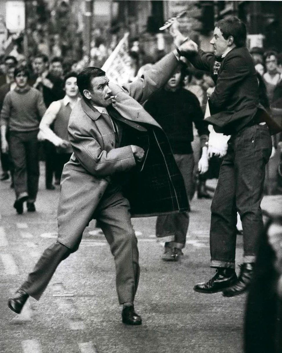 DI Johnston being attacked by a 17yr old Loyalist from Bridegton, who'd just slashed a 16yr old.  DI Johnston, complete with cig hanging from his mouth, moved in to arrest the youth and was himself slashed in the face, he still made the arrest, Glasgow 1971 Photo Ernie McLintock https://t.co/ysP8FdftvC