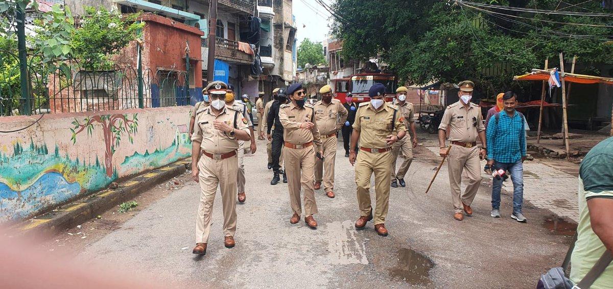 """Covid-19,#Lockdown को दृष्टिगत IG RANGE mirzapur """" पीयूष श्रीवास्तव""""  द्वारा  जनपद मिर्जापुर  में नगर क्षेत्र का भ्रमण किया गया एवं ड्यूटी में लगे पुलिस बल को #Lockdown का सख्ती से पालन कराने हेतु निर्देशित किया गया। https://t.co/uUZgWuj4nG"""