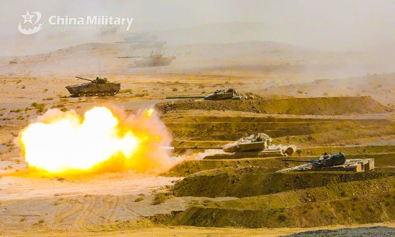 Armored vehicles attached to a brigade under the PLA 76th Group Army move forward in coordinated combat groups toward mock enemies' positions during a realistic training exercise in northwest China's Gobi desert on July 8. https://t.co/MqtzxbqoaA https://t.co/44aXQ5bujN