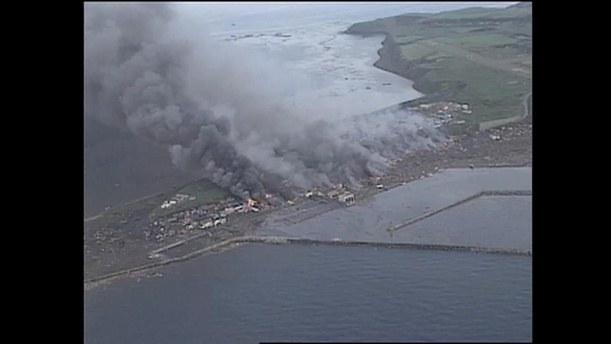 【#北海道南西沖地震】1993年7月12日の夜10時過ぎ、M7.8の地震が発生。死者行方不明は230人。津波の高さは最大30m。#奥尻島 の青苗地区では西側そして東側から繰り返し津波に襲われ、火災も発生し、壊滅的な被害を受けました。北海道西岸や青森県でも犠牲者が出ました。
