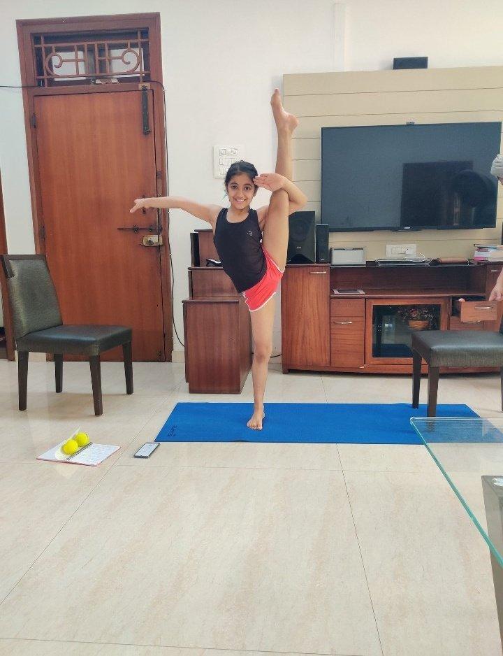 इस बच्ची का #योग पराक्रम काबिले तारीफे योग्य है। इस बच्ची ने #योग करते हुए #Salute किया।  @yogrishiramdev @IMinakshiJoshi @Anjalitv9 @Payodhi_Shashi @SushantBSinha @rashmisharma917 @SonuSood @pratimamishra04 @PMOIndia @indiatvnews @NewsNationTV @sweta_republic #yogagirl pic.twitter.com/BFW4bmkVZX