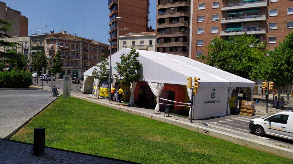 La Unitat de Logística del SEM, muntant 2 Àrees Sanitàries Mòbils (ASM), davant el CUAP de Prat de la Riba a #Lleida. @DiputacioLleida @salutcat https://t.co/EuNK5UeOQz