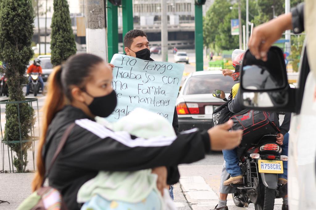 test Twitter Media - Ronaldo Recinos junto a su esposa Alma Marisol, ambos de 22 años, desde hace seis meses se encuentran sin trabajo, lo que los ha obligado a pedir ayuda en un semáforo de la 19 calle y 6ta avenida de la zona 1.📸: José Orozco/La Hora https://t.co/6PAba52p4T