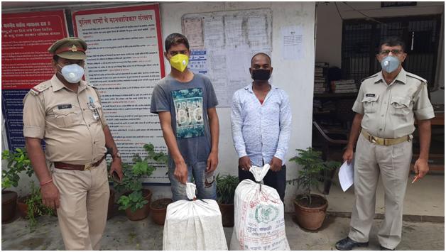 लग्जरी वाहन इनोवा कार में अवैध अग्रेजी शराब भरकर तस्करी हेतु ले जा रहे दो शराब तस्कर थाना चौबेपुर पुलिस द्वारा गिरफ्तार, कब्जे से 04 पेटी कुल 36 लीटर अवैध अंग्रेजी शराब बरामद।@Uppolice @dgpup @adgzonevaranasi @IgRangevaranasi https://t.co/x4k9GmX1P3