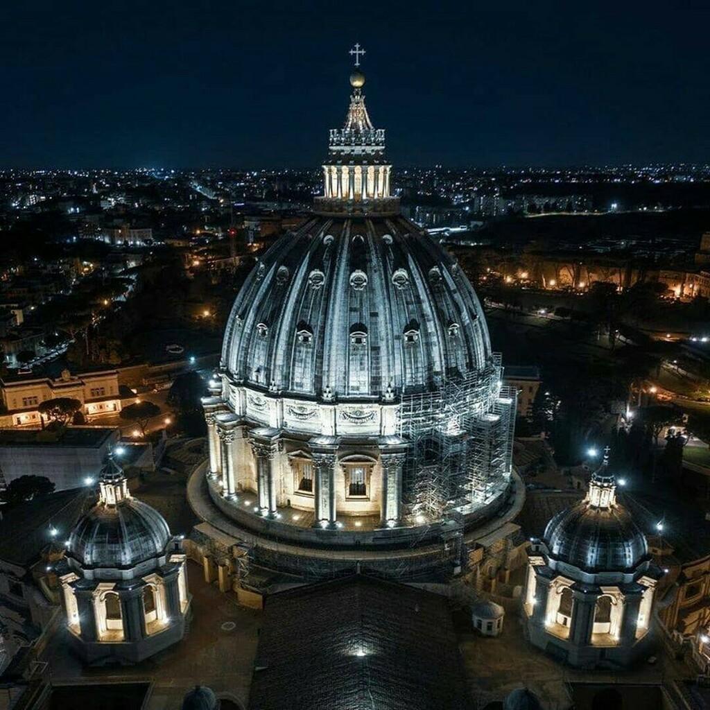 E per concludere la giornata in bellezza vi propongo questo spettacolare scatto della cupola di San Pietro . .  by @flyage.it . . #Michelangelobuonarrotietornato #Michelangelo #artblogger #storytelling #inartwetrust #madeinitaly #architettura #belle… https://instagr.am/p/CCg1AC3oK9l/pic.twitter.com/q66U3csWeT