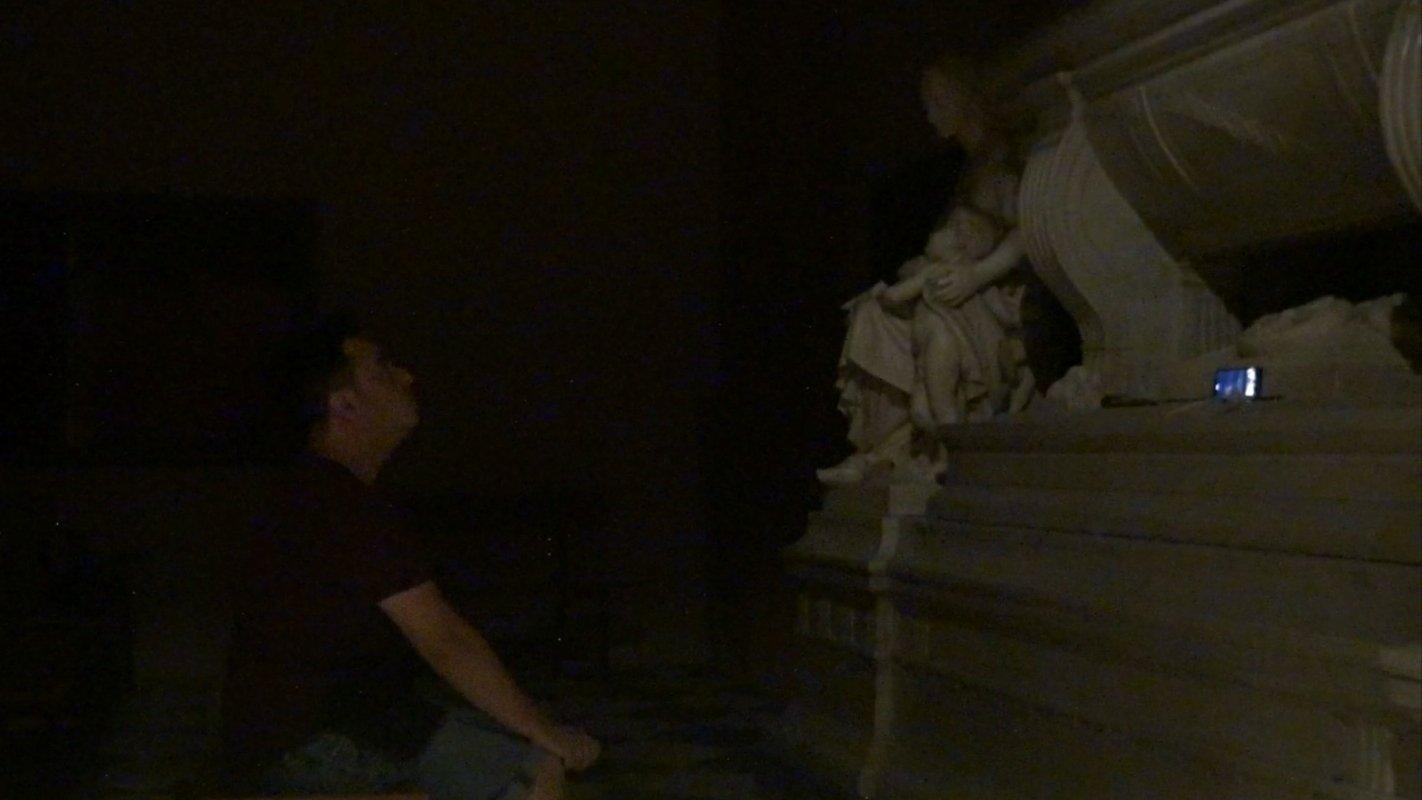Aislamiento frente al mausoleo de Josep Xifré. Crédito: Sombras en la noche