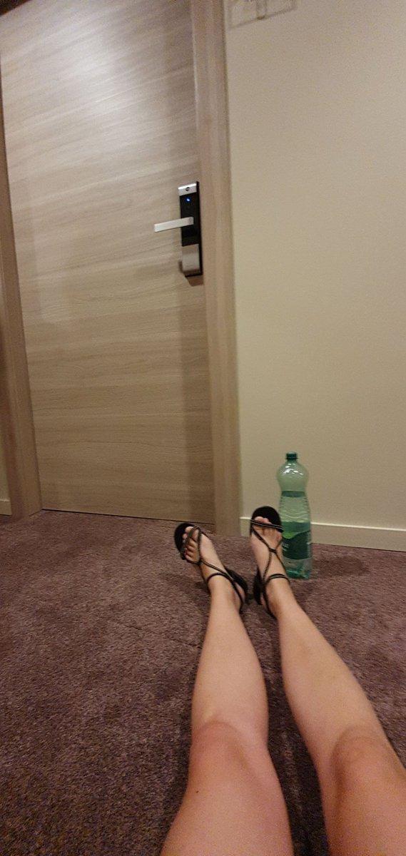 Wenn man anstelle der Zimmerkarte die Parkkarte einsteckt und niemand mehr an der Rezeption ist. Kann man machen. Ist halt blöd. #Urlaub #dummgelaufen