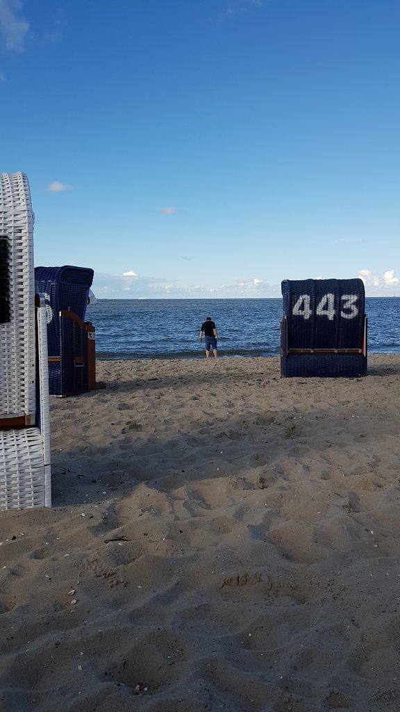 Wurde gerade von meinen Eltern im Strandkorb geparkt,  weil jemand ja aufpassen muss.  #urlaub #sonne #nordsee #endlichkeinregen