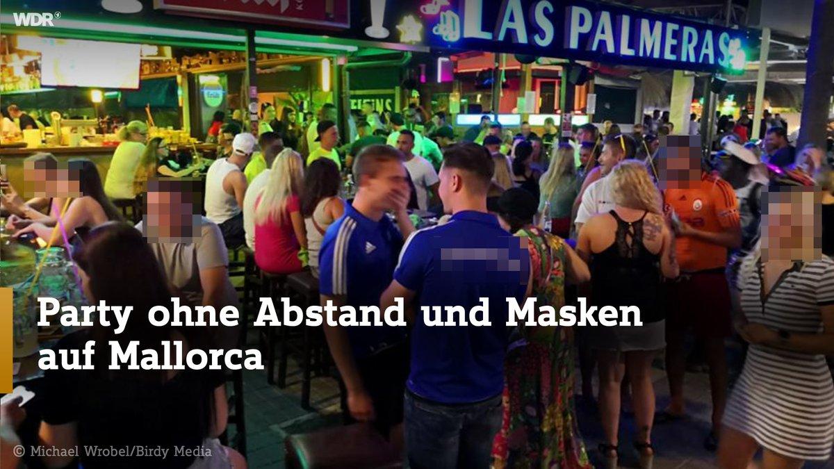 #Mallorca ohne Party - das ist für einige deutsche Touristen offenbar nicht machbar: Auf Videos vom #Ballermann ist zu sehen, wie vergangene Nacht offenbar hunderte Touristen feiern, meist ohne Maske oder Abstand.