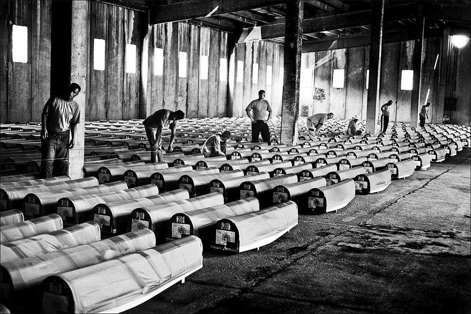Dnes je to 25 let, co začal jeden z nejhorších incidentů jugoslávské války, Srebrenický masakr. Pod vedením gen.Mladiče srbská vojska započala genocidu, při níž byli vražděni civilisté Bosňané, muslimského vyznání. Je to jen 25 let. V Evropě. A obávám se, že mnozí stále souhlasí. https://t.co/F9TSiguWVs