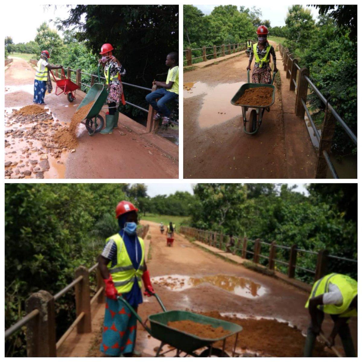 Les VEC ont remblayé les trous qui se trouvent sur le pont d'Agoulou avec  du gravier et du sable, ce 08 juillet afin de le rendre praticable.  #VEC #JeMengage #CRVCentrale #ANVT https://t.co/77sPbYRpRg