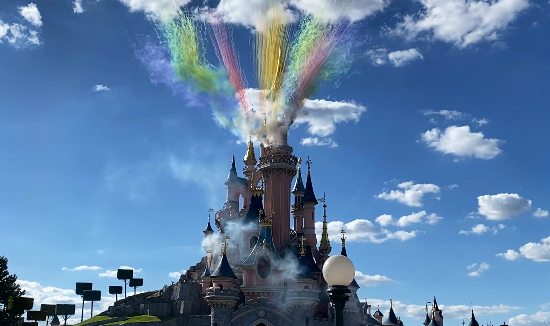 Disneyland Paris ouvert pendant la COVID-19 (juillet-octobre 2020)  - Page 2 Ecqhru4XkAE-yRu?format=jpg&name=large