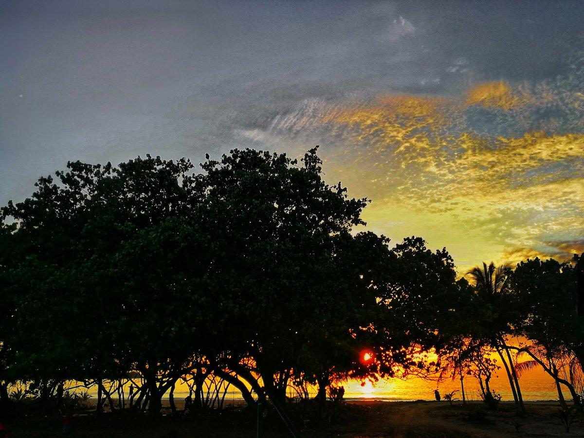 State of mind #sunset #Islandlifepic.twitter.com/rgcWVqQeIn