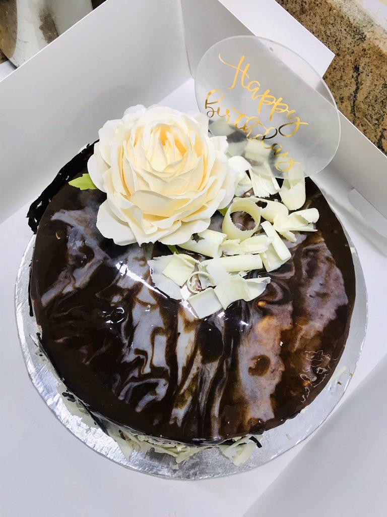 White chocolate x Dark chocolate overload cake 🌹✨🍫 https://t.co/JmPl2wVC6s