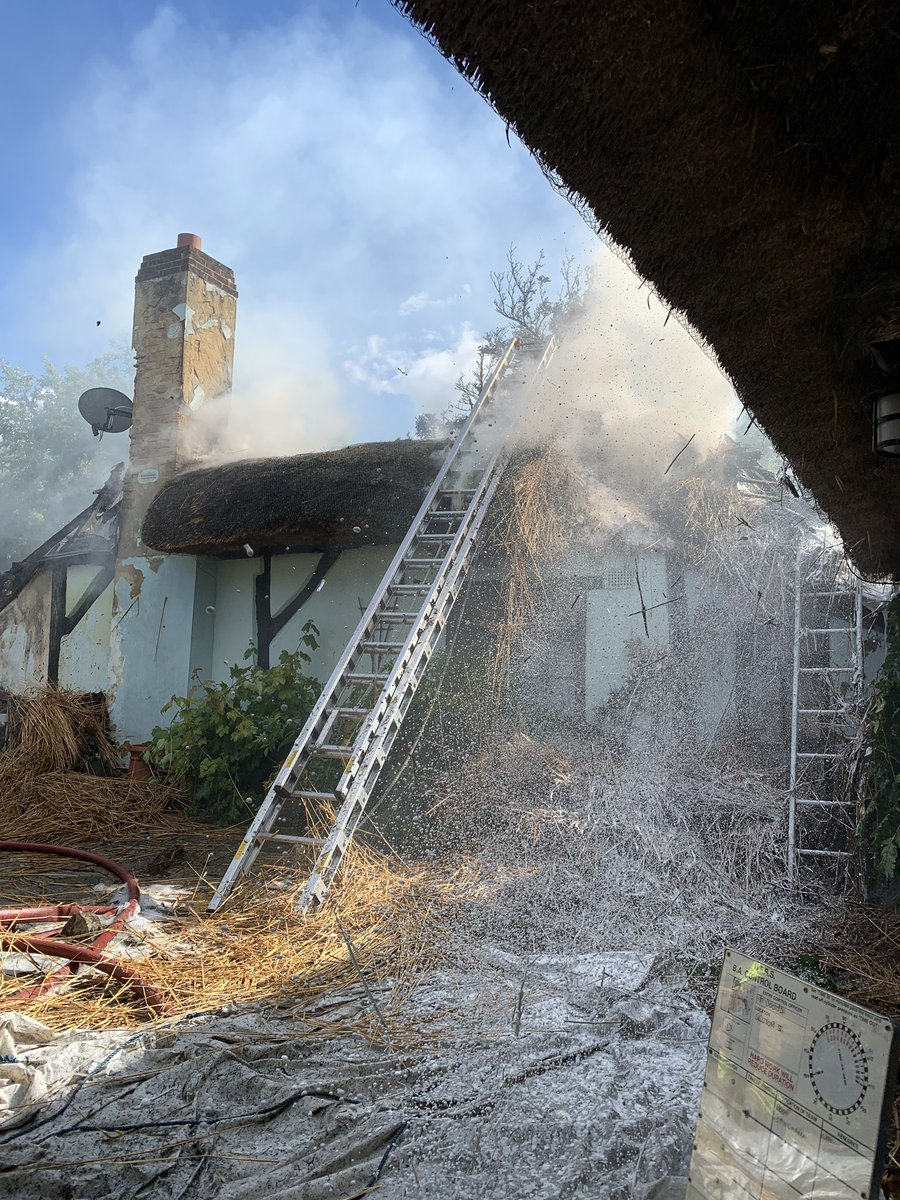 *14:54* H01C3 mobilised alongside numerous other @Hants_fire, @DWFireRescue and @RBFRSofficial appliances to a 'Make Pumps 10' thatched roof fire in #Thruxton. All persons accounted for and a good stop to prevent spread of fire. https://t.co/lBCPmzxW2v