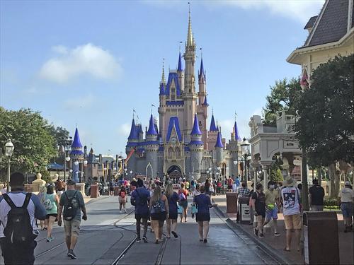 【不安も】米ディズニー・ワールド4カ月ぶり再開フロリダ州では先月から感染者が急増しており、営業再開には不安の声も上がっているが、早朝から待ちわびたファンたちが続々と来園した。