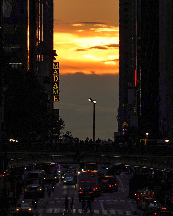 Tonight's Manhattanhenge sunset was mostly obscured by clouds, but dozens of people still gathered on 42nd Street to try and catch a glimpse of the twice-a-year spectacle. #manhattanhenge #nyc #sunset #NewYork https://t.co/SzdS2Qn2Fu