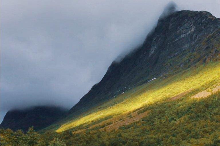Shine a light! #visitnorway #ilovenorway #traveldrops #chasinglight #raw_norway #mittvestland #norwayworlds #StormHour #ThePhotoHour #norwegianlandscapespic.twitter.com/d9GKHqqRbE