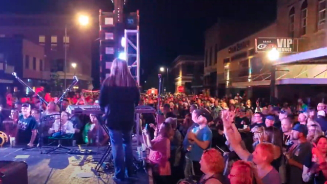 GREAT WHITE Plays Concert In North Dakota With No Restrictions In Place: No Social Distancing, No Masks (Video) https://t.co/pibXjsLPSV https://t.co/Cp18a7N63m