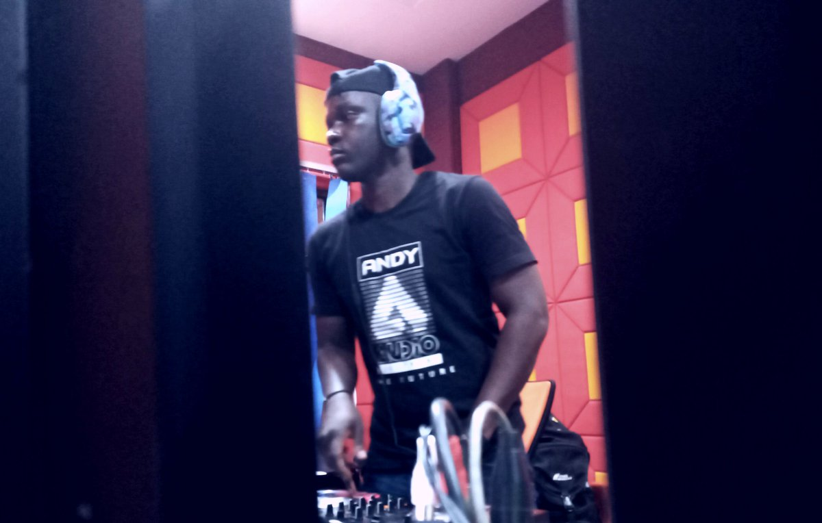 DJ Josh #OneDanceParty   #musiclovers #music #entanglement #radioonlinepic.twitter.com/EP8urluE8s