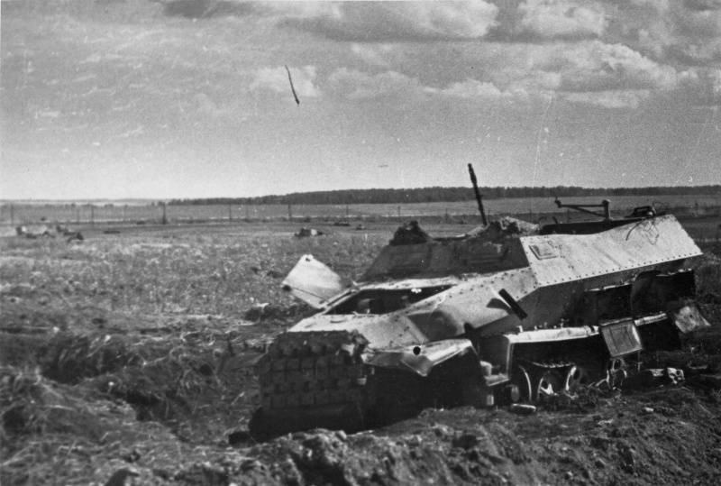 Germany lost at most 8 Sd.Kfz 251 in the Battle of #Prokhorovka, 1 is seen at Hill 252.2. At the same location 3 Pz IV were lost, another was sent for factory repair. For the 1st time the ultimate fate of the 389 German AFV on 12.7.43 is known:  #WW2 #Kursk