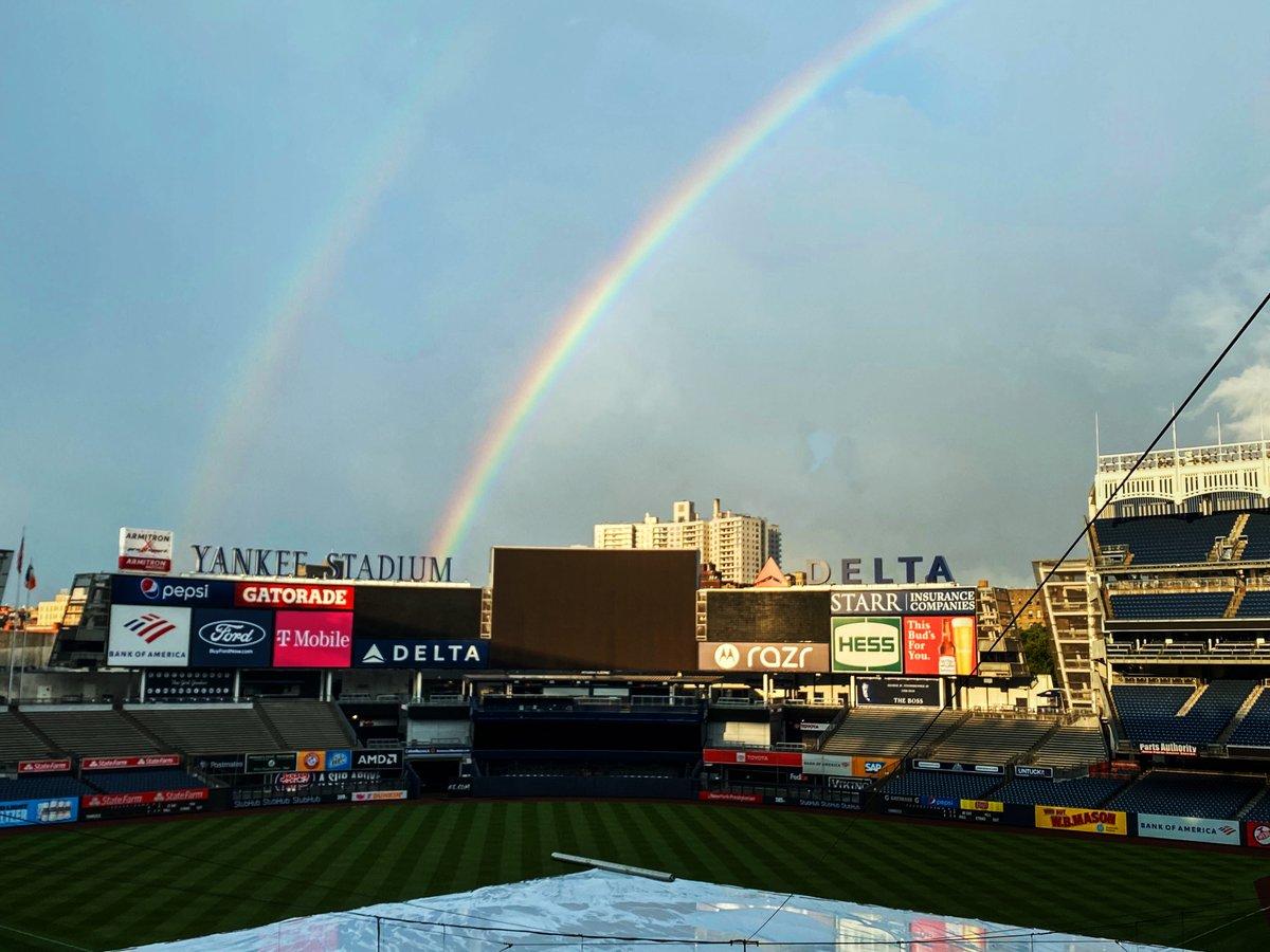 Somewhere over the rainbow, baseballs fly 🌈🌈 https://t.co/N8PF9KQQ4h