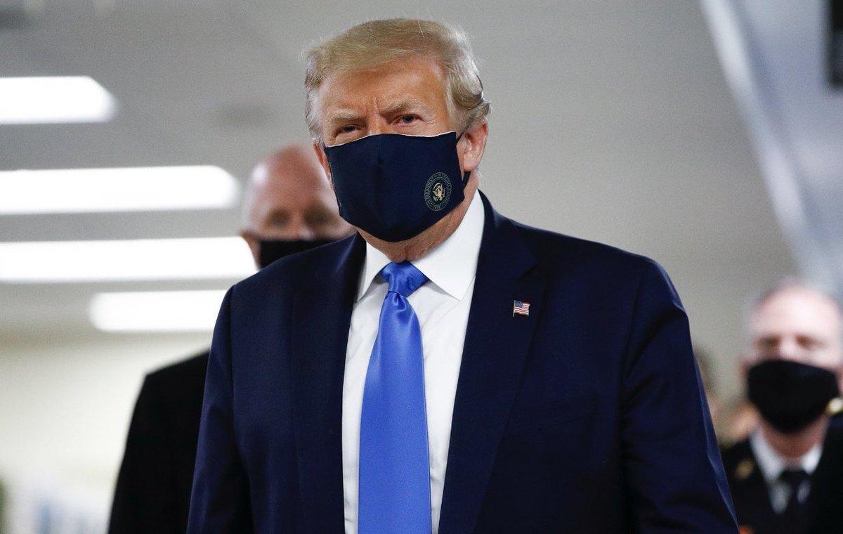 初めてみた!トランプ大統領のマスク姿陸軍病院への慰問だそうだ。FoxNewsで大統領は「別に着けないわけではない。必要な状況なら着用するただそれを国家的義務とする必要はない」 国民的関心事だったようだがスーツとお揃いの紺地に国章入りのカッコいい布マスクで登場。似合ってるよね