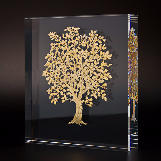 This beautiful piece of home decor features an oak tree made of perforated gold metal with polychrome enamels suspended in plexiglass light. It is packaged in an elegant blue velvet-coated package. Perfect as a wedding or anniversary gift. #madeinItaly  https://bit.ly/2W6K037pic.twitter.com/S1pFWaOfck