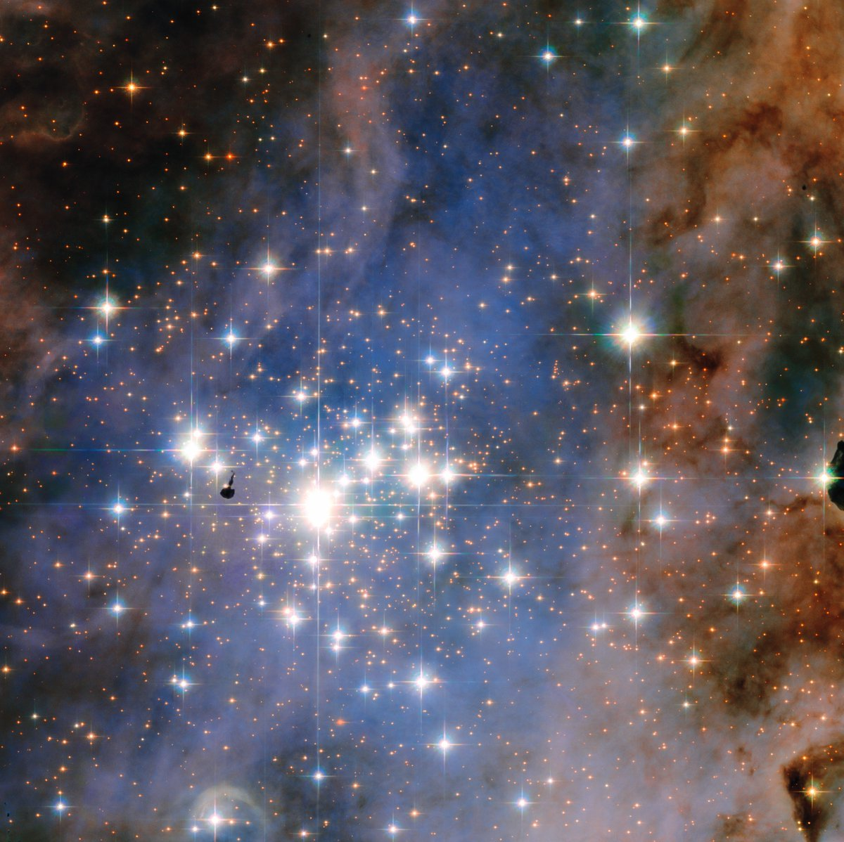 Astonishing: The star cluster Trumpler 14. One of the largest gatherings of hot, massive and bright stars in the Milky Way https://t.co/jQ2tFA5rLd