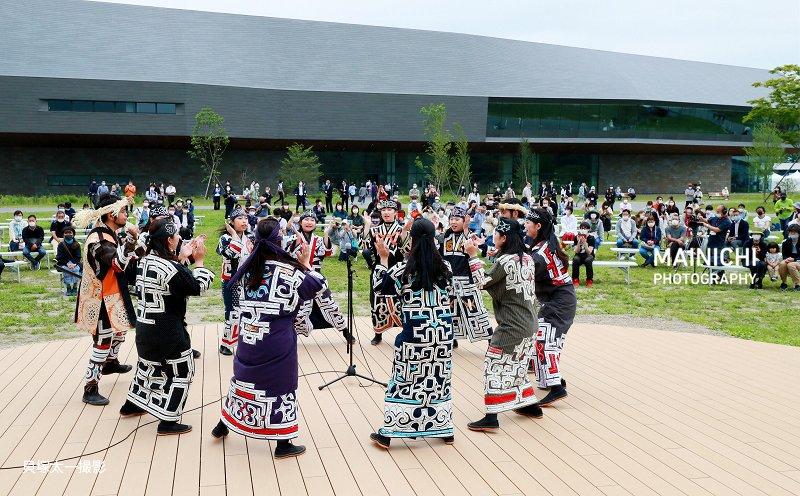 アイヌ文化の復興と発信の拠点として国が北海道白老町に整備した民族共生象徴空間(愛称・ウポポイ)が開業し、来場者は伝統の古式舞踊などのアイヌ文化を堪能しました。4月24日開業予定でしたが、新型コロナウイルス感染拡大の影響で2回延期されていました。写真特集で→